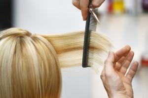 Blond haar knippen